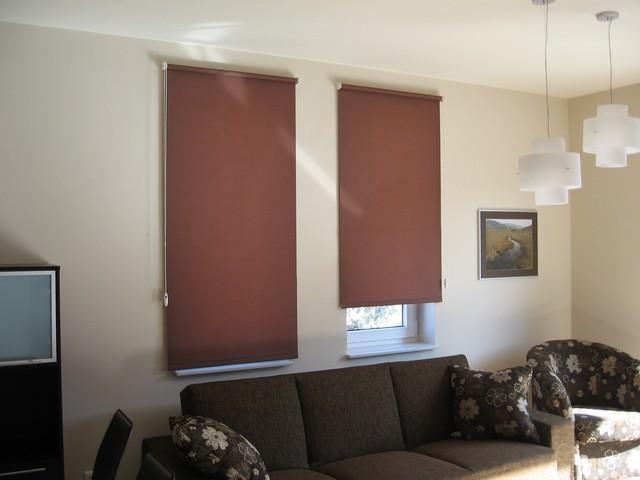 Коричневые рулонные шторы в интерьере