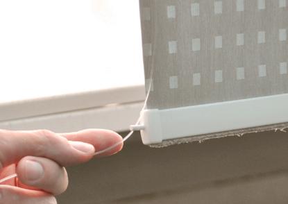 9. Установите кольца для лески в заглушки отвеса ткани и проденьте через них леску.