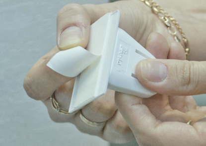 4. Снимите защитный слой скотча с насадок для приклеивания.