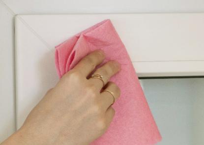 4. Обезжирьте поверхность створки окна в местах крепления изделия.