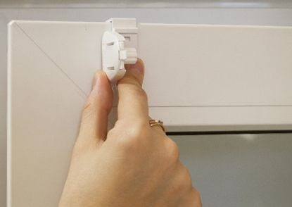 6. Зацепите навесные кронштейны за верхнюю часть створки, плотно прижимая в местах приклеивания.