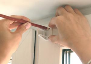 2. Приложите кронштейны к створке окна, ориентируясь на размеченную по ширине изделия область, и отметьте места отверстий.