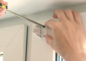 3. Прикрутите кронштейны саморезами к раме окна через монтажные отверстия. Обратите внимание! Чтобы не повредить стеклопакет, рекомендуем длину самореза подбирать исходя из глубины штапика.