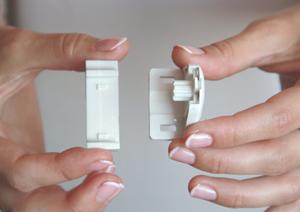 2. Защелкните навесные пластиковые кронштейны на боковых кронштейнах, тем самым соединив их вместе.