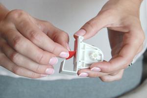 5. Снимите защитный слой скотча с навесных кронштейнов.