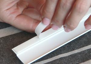 4. Обезжирьте поверхность боковых штапиков, где будут установлены направляющие. Снимите защитный слой скотча с боковых направляющих.