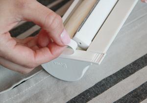 3. Перед установкой изделия нагрейте скотч, расположенный на местах крепления, бытовым феном. Снимите защитный слой скотча с подкладок блока управления.