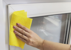 1. Обезжирьте поверхность створки окна в местах приклеивания короба и направляющих.