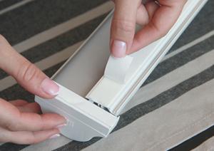 7. Снимите защитный слой с двухстороннего скотча расположенного на коробе и пластиковых подкладках.