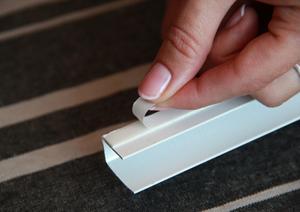9.  Снимите защитный слой двухстороннего скотча расположенный на направляющих.