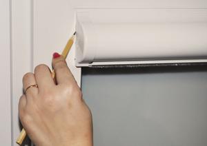 1. Для определения мест крепления приложите изделие горизонтально между боковыми штапиками окна. Сдвиньте изделие вверх, уперев в верхний штапик.